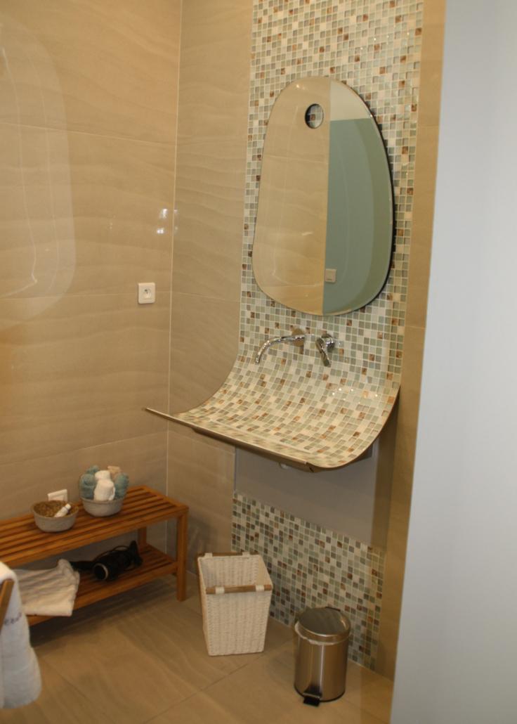 La salle de bain de la chambre girolata à l'Oliveraie du Fango