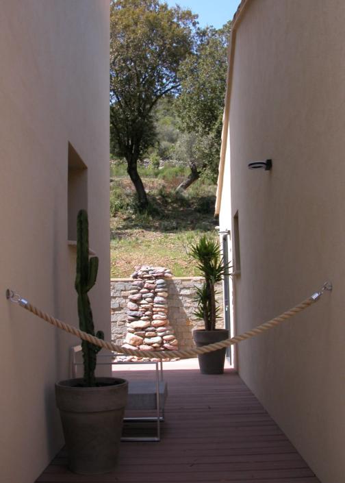 Découvrez le jardin de l'Oliveraie du Fango avec une décoration Zen