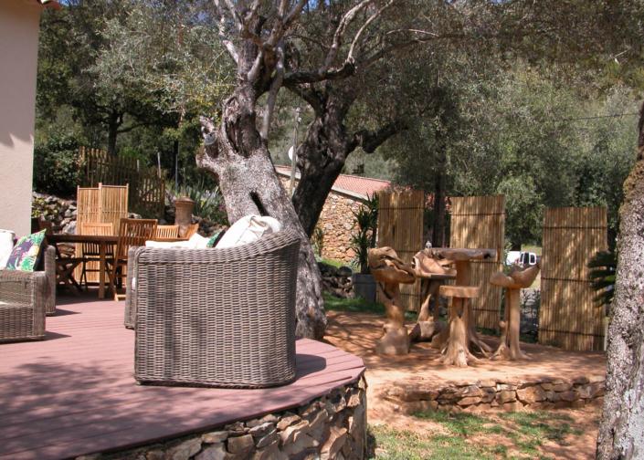 Découvrez le jardin de l'Oliveraie du Fango avec une décoration Zen et la vue sur Montagnes