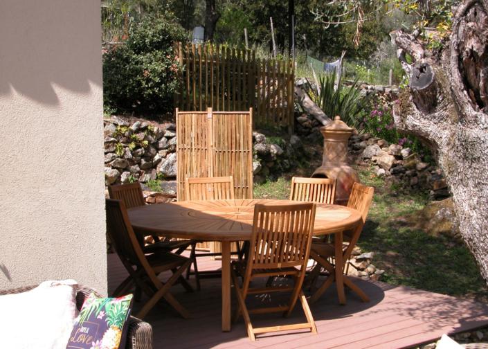 Salon de jardin dans les chambres d'hôtes de L'Oliveraie du Fango