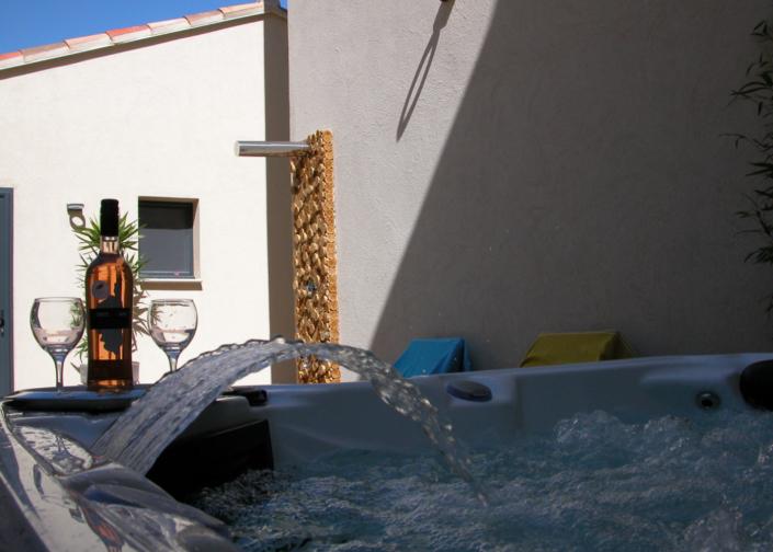 Jacuzzi de l'Oliveraie du Fango avec douche extérieure